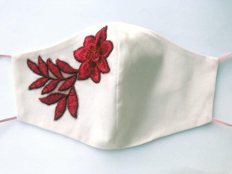 Bavlnené rúško s vyšívanými kvetmi